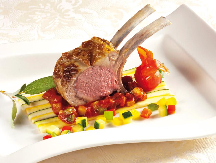 Rosa gebratener Lammrücken mit Ratatouille-Gemüse